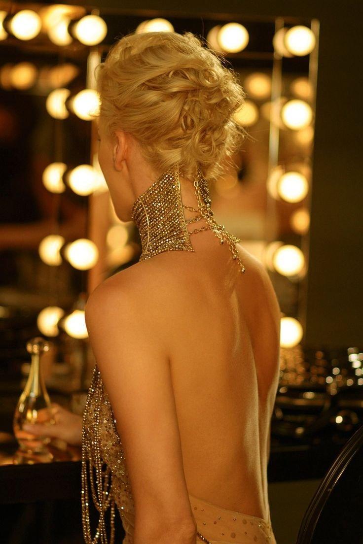 Блондинка голая спина ролики