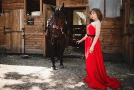 Девушка в конном клубе