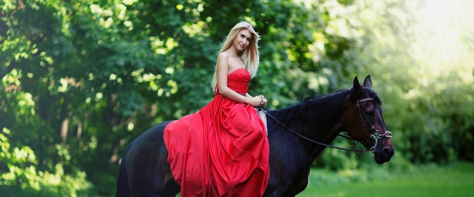 Красивая девушка с лошадкой